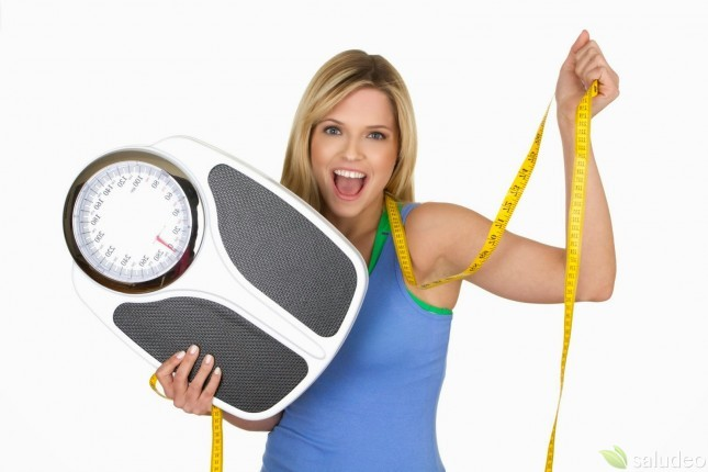 joven mujer con una balanza y una cinta métrica