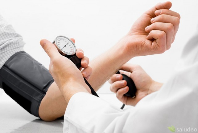 doctor midiendo la presión arterial