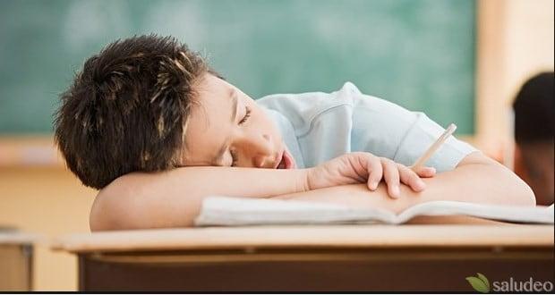 alumno cansado sobre carpeta