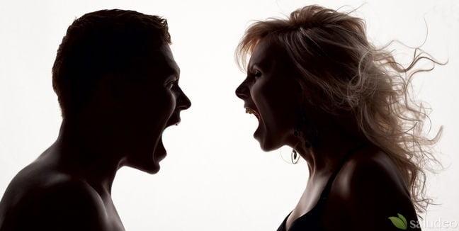 pareja a tono oscuro discutiendo