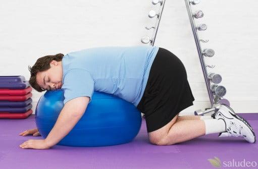 hombre con sobrepeso haciendo ejericico