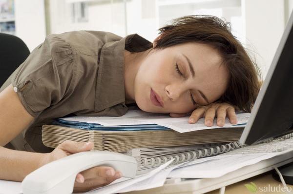 estudiante durmiendo sobre libros